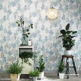Niebiesko srebrno biała tapeta w malowane drzewa do sypialni