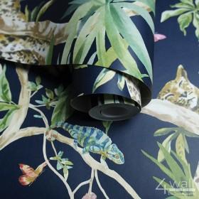 Tapeta w stylu egzotycznym na granatowym tle w zielone palmowe liście