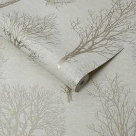 Beżowa tapeta w drzewa idealna do salonu