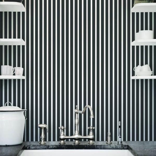 Zmywalne tapety łazienkowe w czarno białe paski - aranżacja łazienki
