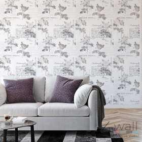 Szara tapeta w salonie na jednej ścianie z napisami w róże