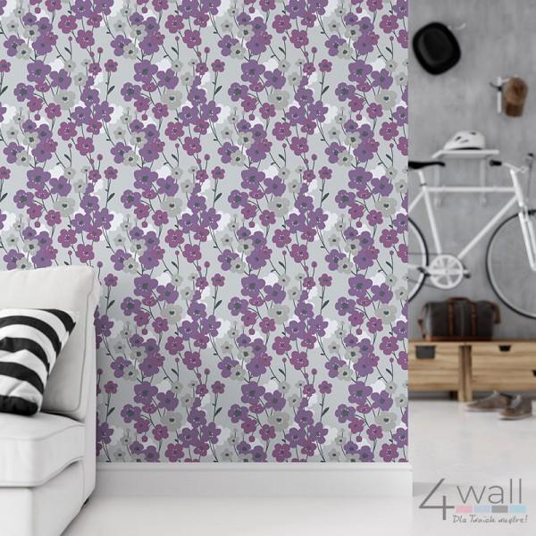 Fioletowe kwiaty na tapecie marimekko