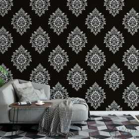 Czarna tapeta ornament na jednej ścianie w salonie