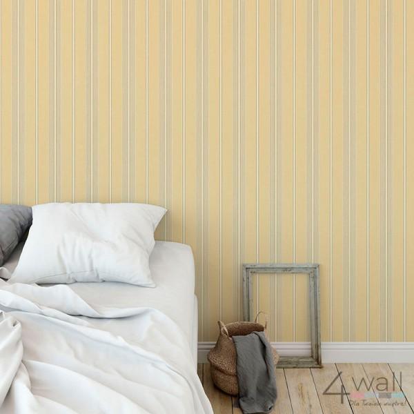 żółta tapeta w paski do sypialni aranżacja