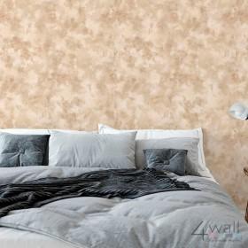 Brązowa tapeta za łóżkiem w sypialni